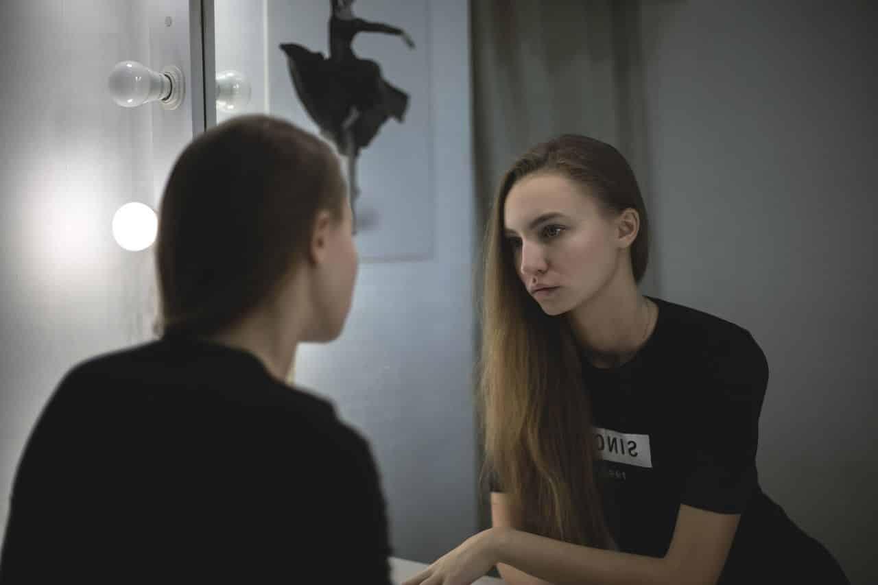 Que voyez vous lorsque vous vous regardez dans un miroir for Drame dans un miroir
