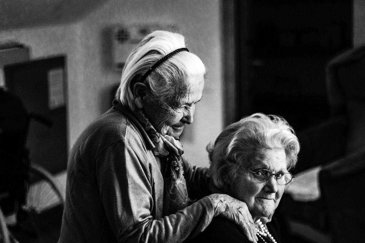 Inspirant.fr Grand-mère Grand-mère :« Que fais-tu grand-mère, assise là, dehors, toute seule ? »